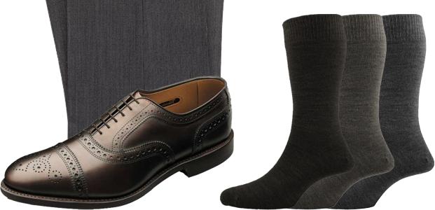 Gri takım elbise ve kahverengi ayakkabı ile çorap