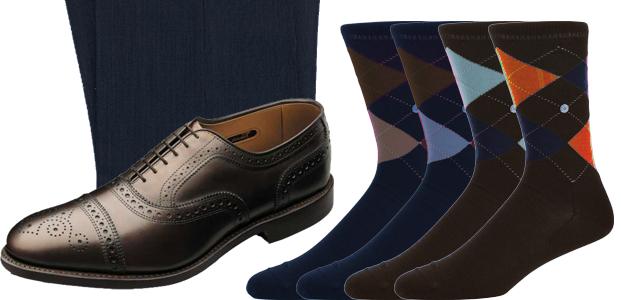 Lacivert takım elbise ve kahverengi ayakkabı ile çorap